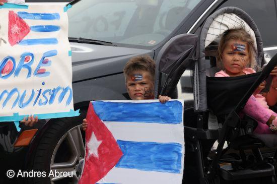 CENTENARES SE MANIFIESTAN EN MICHIGAN EN RESPALDO A PROTESTAS EN CUBA