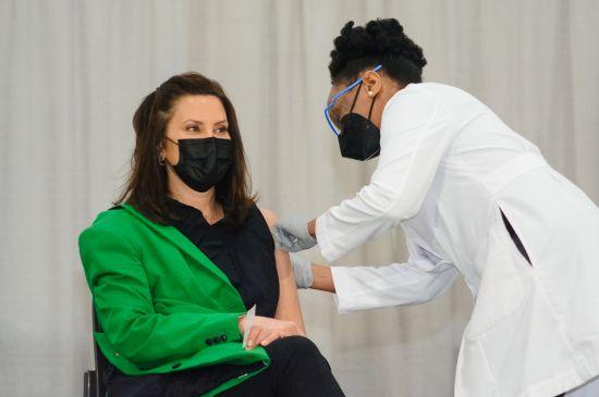Gobernadora Whitmer recibe la segunda dosis de la vacuna COVID-19 en DeVos Place