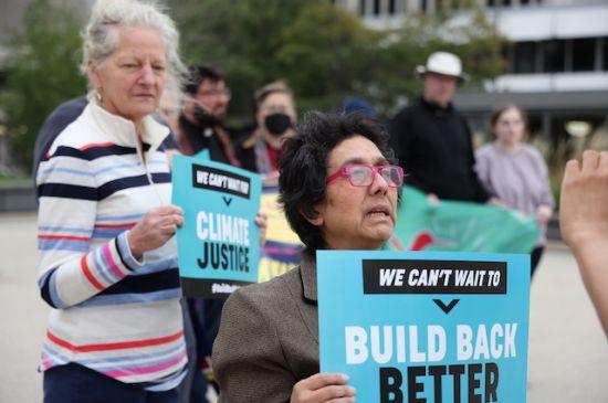 Defensores de inmigrantes reclaman al senador Peters apoyar el camino hacia la ciudadanía